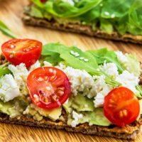 Crackers met avocado, geitenkaas en tomaatjes | koolhydraatarm