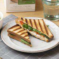 Koolhydraatarme tosti met cottage cheese, verse spinazie en tomaat