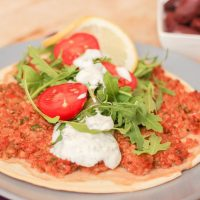 Koolhydraatarme Turkse pizza met knoflooksaus